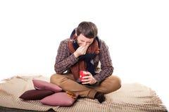 Opieki zdrowotnej i medycyny pojęcie - chory mężczyzna z grypą w domu Fotografia Royalty Free