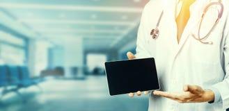 Opieki zdrowotnej i medycyny pojęcie Lekarka Z Cyfrowej pastylką W klinika pacjenta recepcie obrazy royalty free