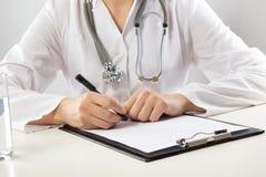 Opieki zdrowotnej i medycyny pojęcie - lekarka z Obrazy Royalty Free