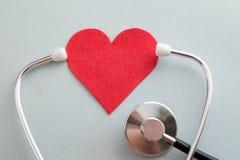 Opieki zdrowotnej ubezpieczenia medycznego biznes i światów zdrowie dnia kierowy pojęcie z czerwoną pomocą na kobiecie serca i ba zdjęcia royalty free