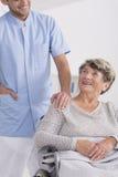 Opiekun i senior na wózku inwalidzkim Zdjęcie Stock