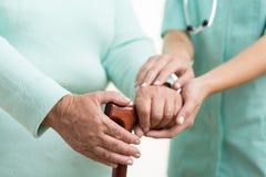 Opiekun pomaga niepełnosprawnej kobiety Fotografia Stock