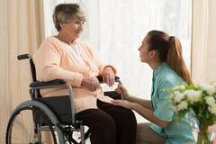 Opiekun pomaga starej kobiety Zdjęcie Royalty Free