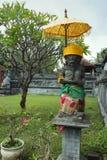 Opiekun statua z parasolem przy świątynią w Lovina Bali, Indonezja Zdjęcie Royalty Free