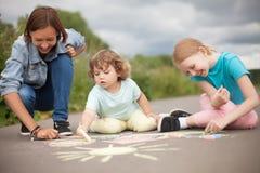 Opiekunka do dziecka lub dziecina pojęcie Dzieci rysuje z colo c Zdjęcia Royalty Free