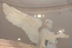 Opiekunu kąt z dużymi skrzydłowymi statuami przy Terminal 21 w Bangkok Tajlandia na Marzec 26, 2017   Rocznik kamienna dekoracja Fotografia Royalty Free