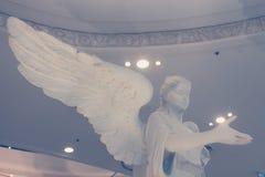 Opiekunu kąt z dużymi skrzydłowymi statuami przy Terminal 21 w Bangkok Tajlandia na Marzec 26, 2017   Rocznik kamienna dekoracja Zdjęcia Royalty Free