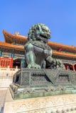 Opiekunu lew przed pawilonem przy pałac muzeum, Pekin, Chiny Zdjęcia Royalty Free