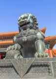 Opiekunu lew przed pawilonem przy pałac muzeum, Pekin, Chiny Fotografia Stock