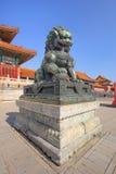 Opiekunu lew przed pawilonem przy pałac muzeum, Pekin, Chiny Zdjęcie Stock