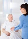 Opiekunu pocieszający starszy mężczyzna zdjęcia royalty free