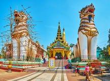Opiekuny Shwemawdaw Paya, Bago, Myanmar fotografia royalty free
