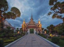 Opiekuny w świątyni świt w Bangkok mieście przy półmrokiem, Tajlandia zdjęcia royalty free