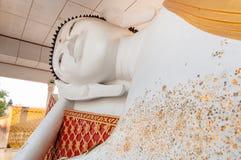 Opierać Buddha statuę w świątyni Zdjęcia Royalty Free