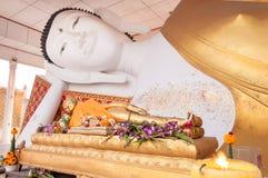 Opierać Buddha statuę w świątyni Fotografia Stock