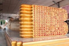 Opierać Buddha statuę w świątyni Zdjęcie Stock