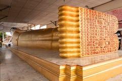 Opierać Buddha statuę w świątyni Obrazy Stock
