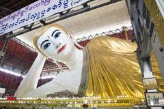 Opierać Buddha statuę w Yangon, Myanmar Obrazy Royalty Free