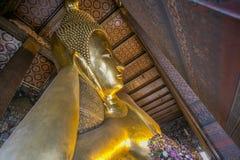 Opierać Buddha statuy złocistą twarz Obrazy Royalty Free