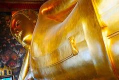 Opierać Buddha złocistą statuę i tajlandzką sztuki architekturę Zdjęcia Royalty Free