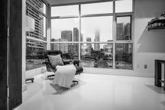 Opierać krzesła w nowożytnym pokoju fotografia royalty free