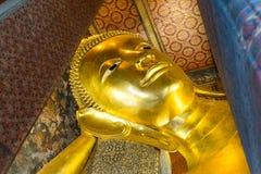 Opierający Buddha złocistą statuę stawia czoło w Wacie Pho, Bangkok Fotografia Stock