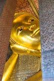 Opierający Buddha złocistą statuę stawia czoło w Wacie Pho, Bangkok Obrazy Royalty Free