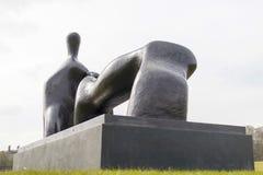 Opierający postać, łuk noga jest 1969-70 brązowym rzeźbą Henrem zdjęcia royalty free