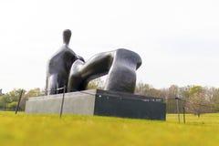 Opierający postać, łuk noga jest 1969-70 brązowym rzeźbą Henrem obrazy royalty free