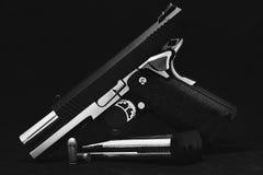 Opierający się airsoft pistolety na czarnym tle Czerń i whit fotografia stock