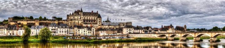 Opinión panorámica sobre castillo francés y el pueblo de Amboise en el río de Loir imagenes de archivo