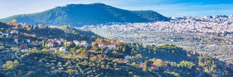 Opinião aérea com as casas vermelhas do telhado, Grécia da aldeia da montanha grega Foto de Stock Royalty Free