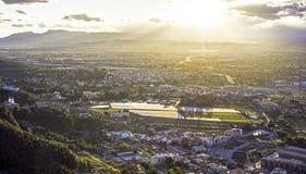 Opinião aérea da arquitetura da cidade da cidade de Múrcia, das montanhas durante um por do sol bonito imagens de stock