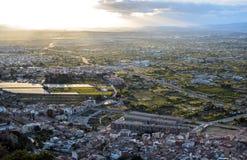 Opinião aérea da arquitetura da cidade da cidade de Múrcia, das montanhas durante um por do sol bonito fotografia de stock