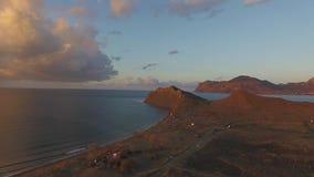 Opinião aérea da baía da costa da montanha rochosa tiro Paisagem bonita Água do mar clara azul do oceano ao lado do penhasco Corf filme