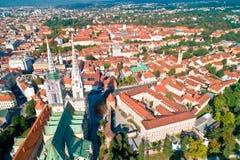 Opinião aérea da catedral e do centro da cidade de Zagreb fotografia de stock