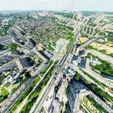 Opinião aérea da cidade com estradas transversaas e estradas, casas, construções, parques e parques de estacionamento Imagem pano Fotografia de Stock