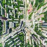 Opinião aérea da cidade com estradas transversaas e estradas, casas, construções, parques e parques de estacionamento Imagem pano Foto de Stock Royalty Free