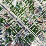Opinião aérea da cidade com estradas transversaas e estradas, casas, construções, parques e parques de estacionamento Imagem pano imagem de stock