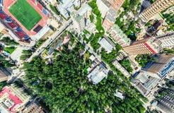 Opinião aérea da cidade com estradas transversaas e estradas, casas, construções, parques e parques de estacionamento Imagem pano imagens de stock royalty free