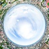 Opinião aérea da cidade com estradas transversaas e estradas, casas, construções, parques e parques de estacionamento Imagem pano fotos de stock