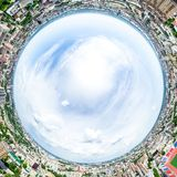 Opinião aérea da cidade com estradas transversaas e estradas, casas, construções, parques e parques de estacionamento Imagem pano imagem de stock royalty free