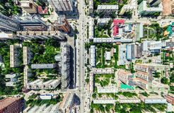 Opinião aérea da cidade com estradas transversaas e estradas, casas, construções, parques e parques de estacionamento Imagem pano foto de stock