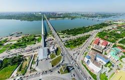 Opinião aérea da cidade com estradas transversaas e estradas, construções de casas Tiro do helicóptero Imagem panorâmico Fotos de Stock