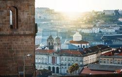 Opinião aérea da cidade velha de Porto, Portugal com a torre de igreja de Clerigos fotos de stock