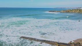 Opinião aérea da costa atlântica, seguindo, tiro do zangão do zangão das ondas que batem rochas, na costa portuguesa, Cascais, Po video estoque