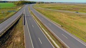 Opinião aérea da estrada Tráfego de carros da vista aérea na estrada secundária no campo video estoque