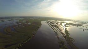 Opinião aérea da inundação e do horizonte do rio da mola video estoque