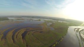 Opinião aérea da inundação e do horizonte do rio da mola vídeos de arquivo