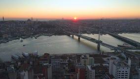 Opinião aérea da Istambul, Turkie do zangão Baía de Bosphorus Halic Por do sol Mosca sobre as pontes video estoque